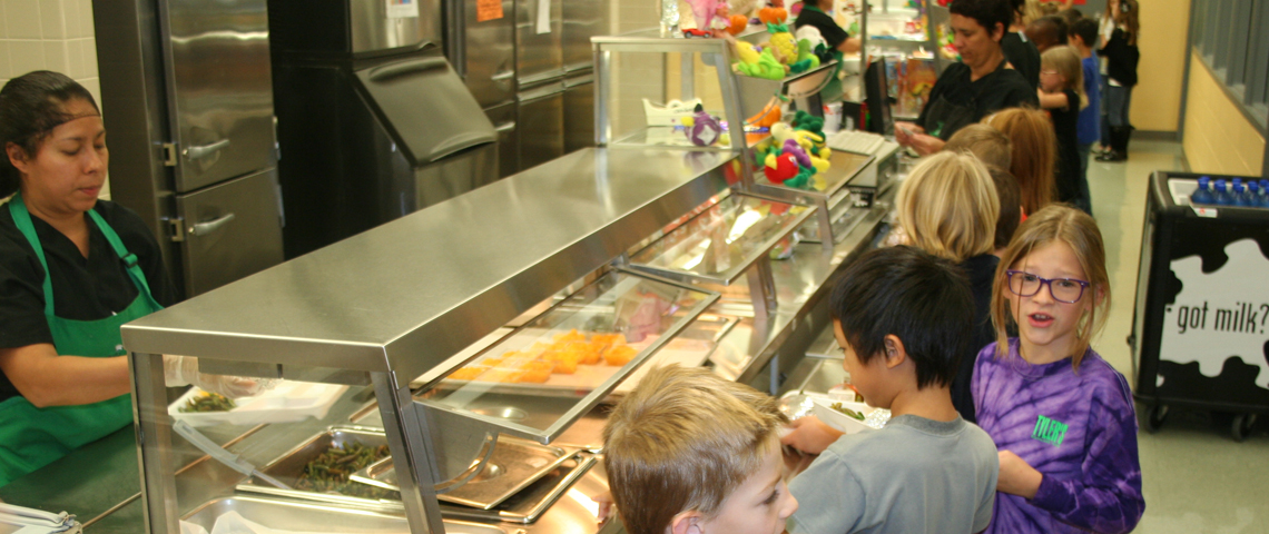 kids-eating-at-school